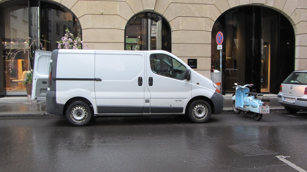 Opel Vivaro in Wien am 7.4.2012.