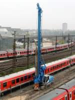 alle/283787/ein-bauer-bg-204-boherramme-in Ein Bauer BG 204 Boher/Ramme in Ulm zwischen den Gleisen im Bereich des Abstellbereichs für Triebwagen und Nahverkehrseinheiten am 01.05.2013. Im Hintergrund vor der Autobrücke steht die 194 178.