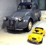 Citroen 2 CV mit 2 CV Bobbycar im Technik Museum in Berlin am 06.10.2016.